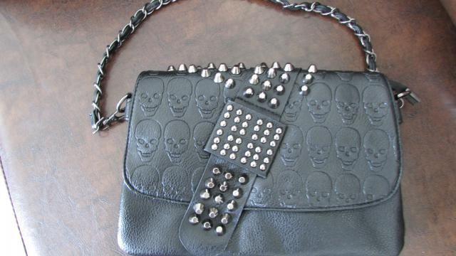 Minha bolsa de caveirinhas e spakes chegou :handbag::pouch::eyeglasses::ribbon:  , ela é mais linda pessoalmente que no…