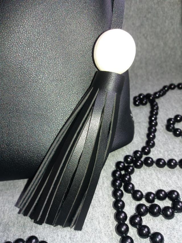 # zmesday00       http://www.zaful.com/tassel-wood-ball-pu-leather-handbag-p_226861.html
