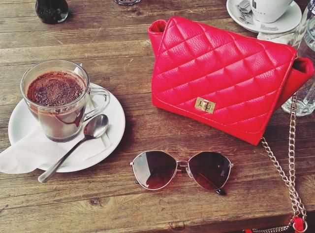 I love to share with you guys my red moments. Just love red bags.