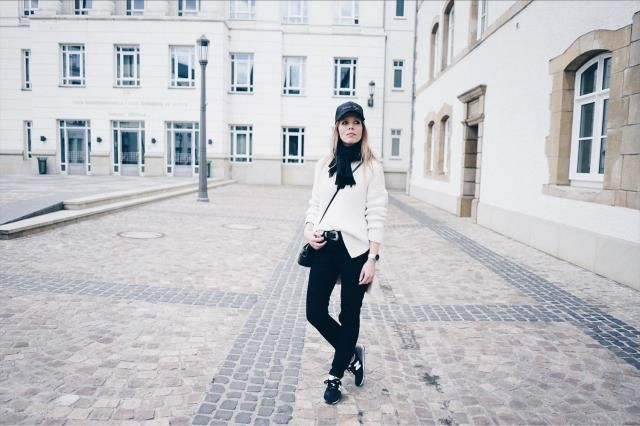 Pull & sneakers : http://www.annsom-blog.com/pull-sneakers/