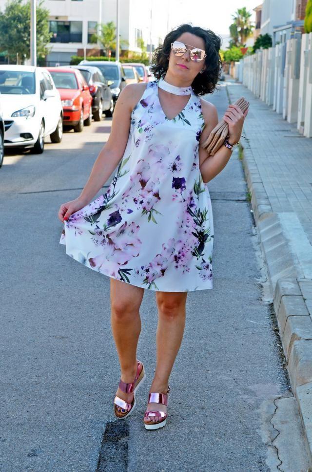 Chocker flowers dress http://mivestidoazul.com/looks/vestido-de-flores-malva-con-escote-chocker/