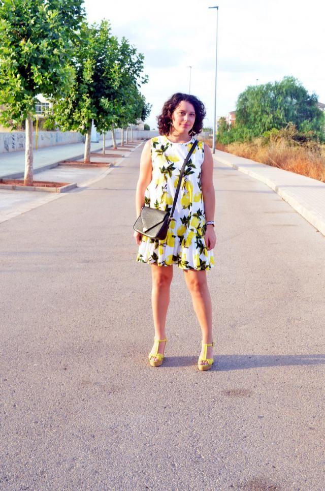 http://mivestidoazul.com/looks/vestido-de-limones/