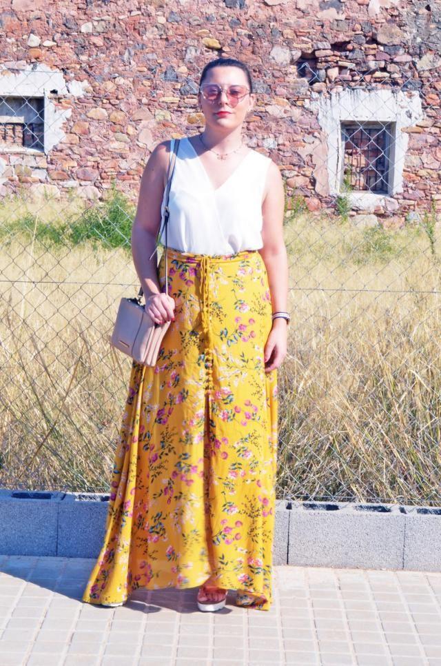 http://mivestidoazul.com/looks/falda-flores-abotonada/