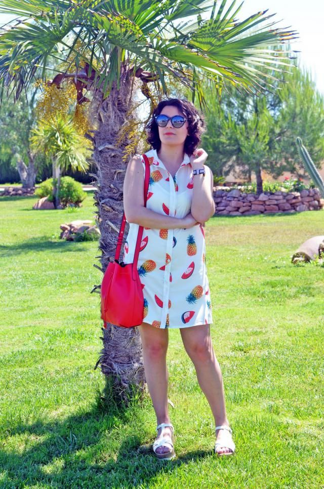 http://mivestidoazul.com/looks/vestido-de-estampado-de-frutas/