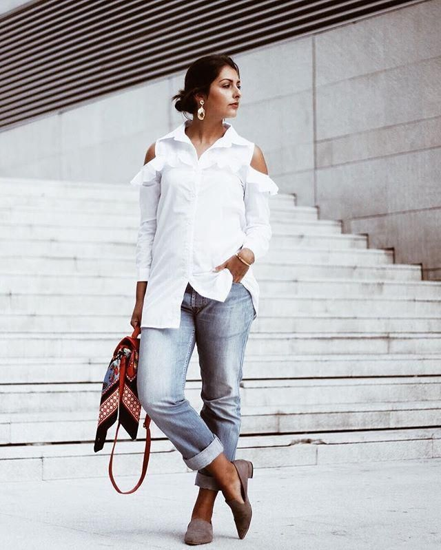 Plain jeans and white Tshirt.