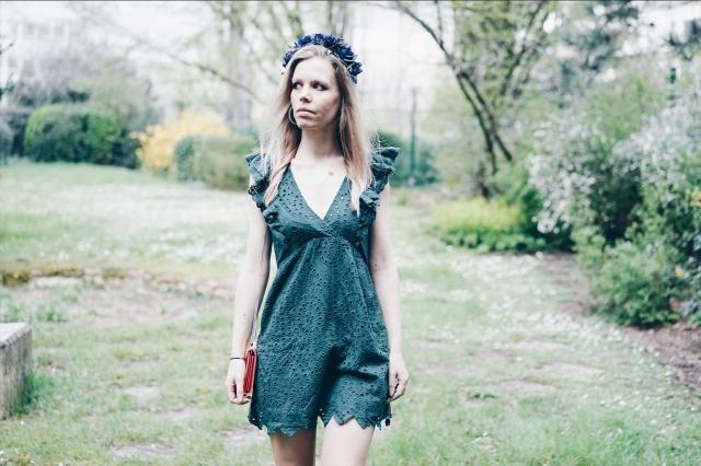 On My Blog :  https://www.annsom-blog.com/robe-verte-a-volants-et-couronne-de-fleurs/