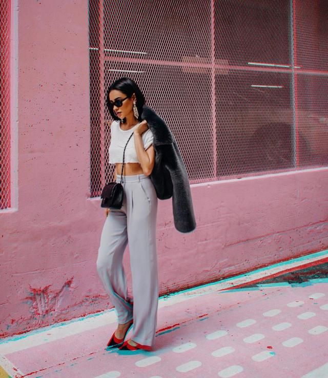 This look is so me! She knows just what to do to look great. This casual loose fit pants and crop top is great for an e…