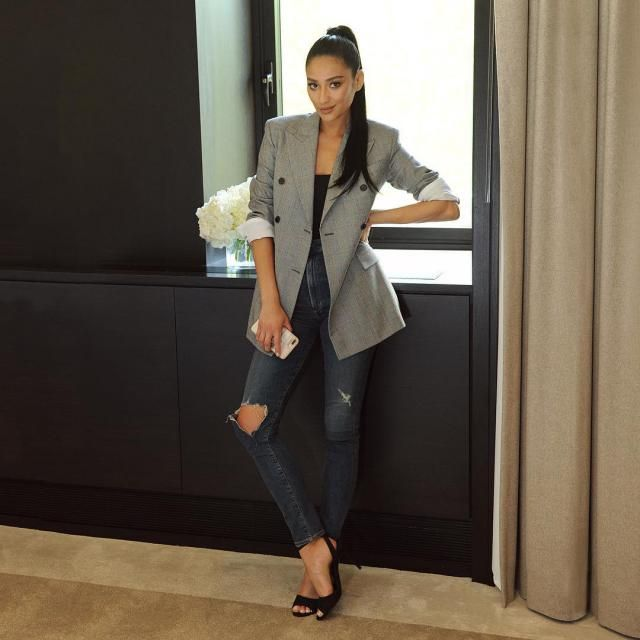 Being fashion forward is easy for this lady. Casual mixed with perfect. I really like this look.