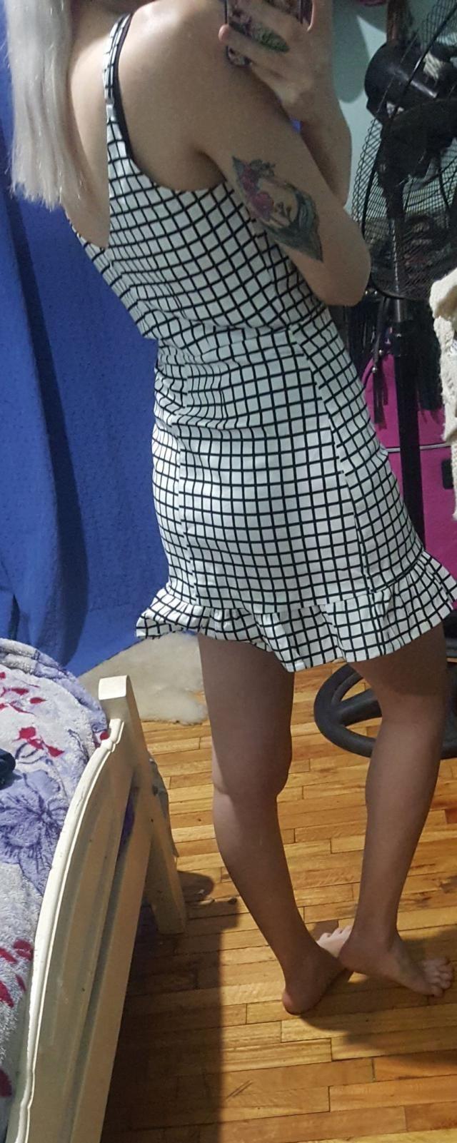 la tela le da mucha estructura al vestido. mido 1.62, peso 51 kilos, y la talla s me quedo genial, más que conforme!  S…