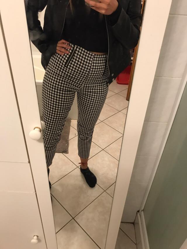 Pantalon fidèle à la photo mais très fin, donc à éviter pour les frileuses. Je fais du 34 habituellement et j'ai pris …