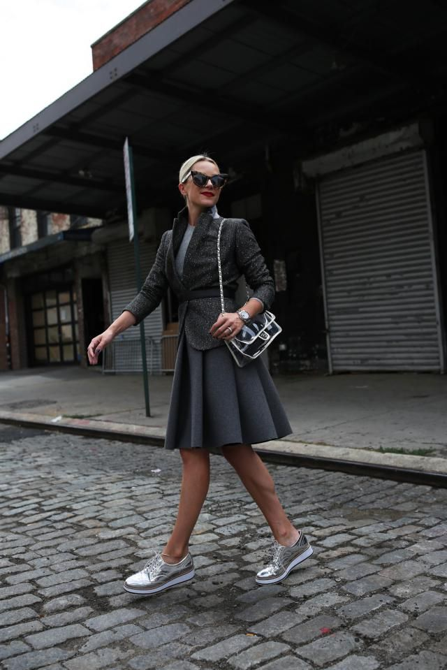 She look total elegant in this edgy, yet feminine outfit I'm in love with this silver shoes!!