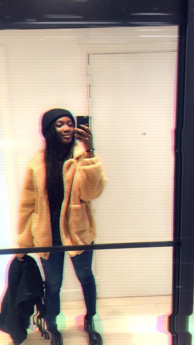 Size/Taille M.Très jolie veste, j'ai pris cette taille pour l'effet oversize. Lache des bouloches. Tiens un peu chaud.…