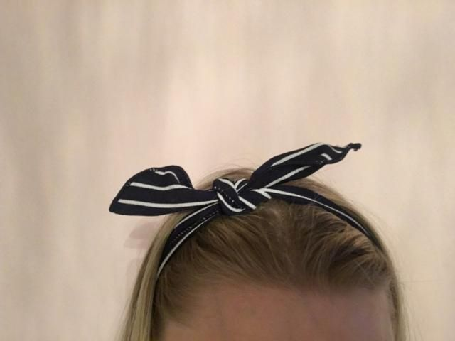 Super cute headband. Wire inside so form fits to your head. Looks exactly like pictures.