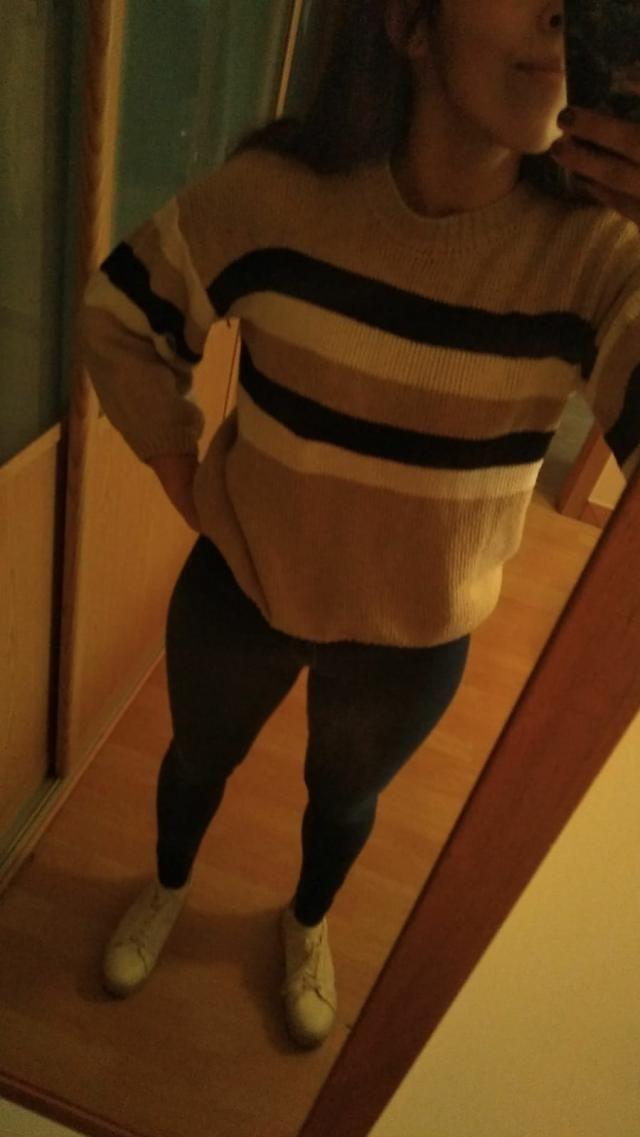 Es un jersey anchito muy cómodo, el tacto es un poco áspero pero cómodo.