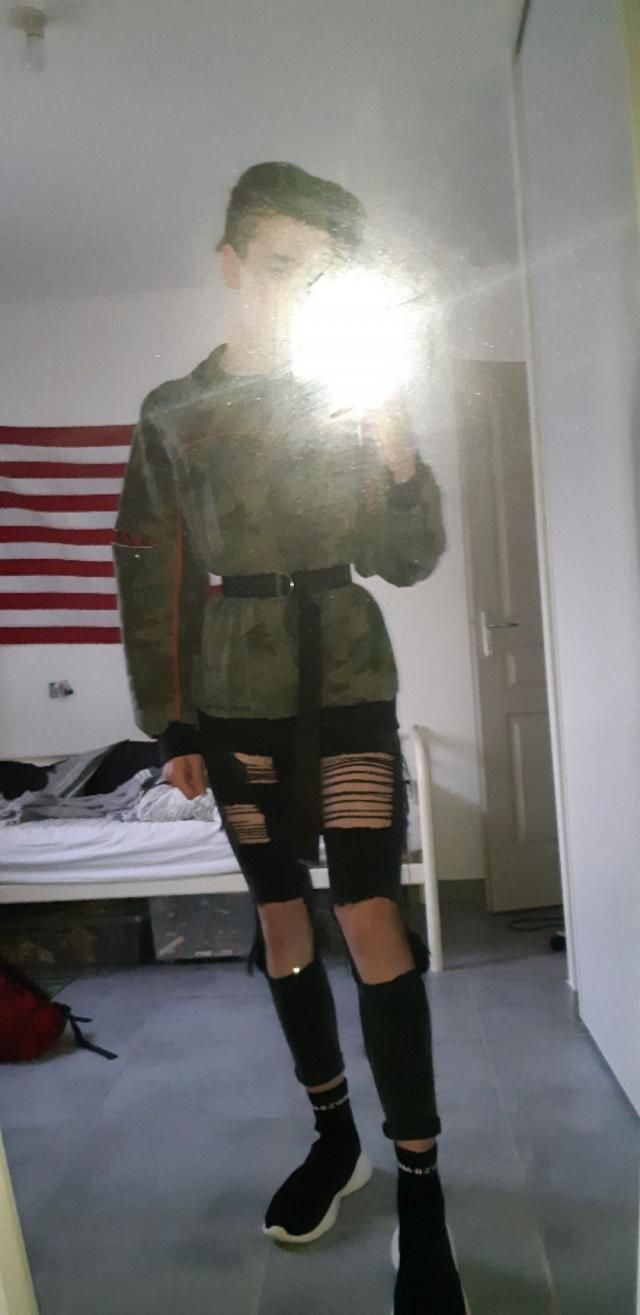 Good quality, same as in the picture, fits small.