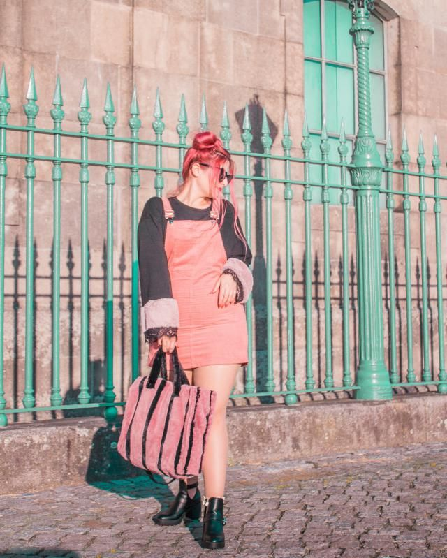 Pink overalls for spring? Of course! Overalls are back and I am making the most of it. Pared it with a fur stripped bag…