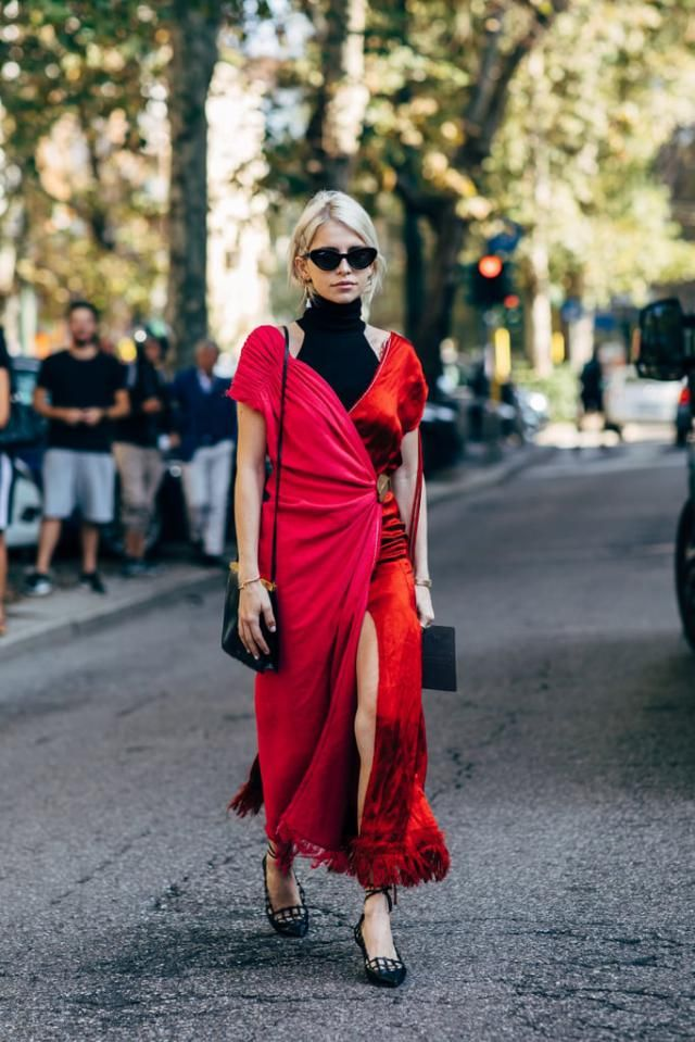 Attractive red dresses are always fashionable, you can wear it for any occasion and combine with a variety of footwear,…