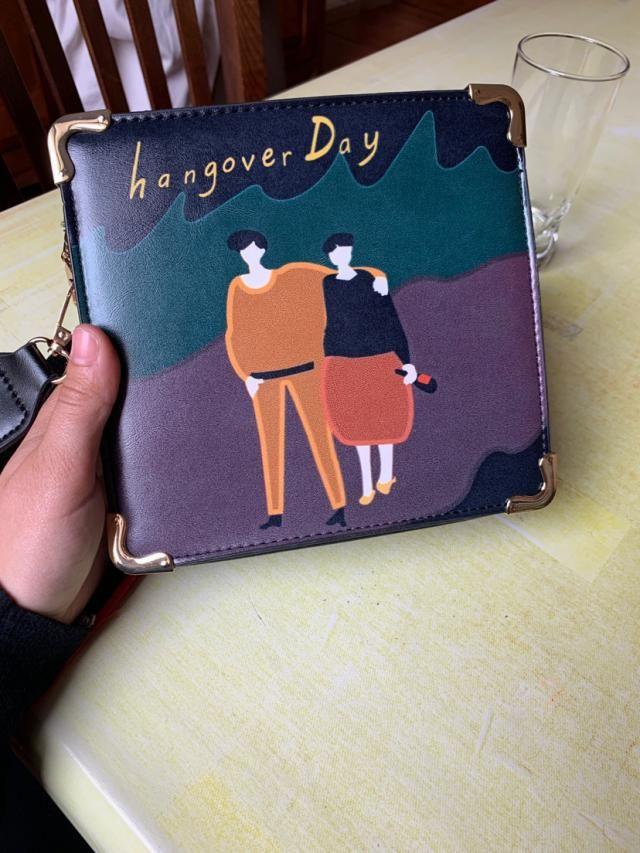 Je suis IN LOVE de ce sac. Petit point négatif quand je l'ai dévalé il sentais vraiment très fort le pétrole. La chaîn…