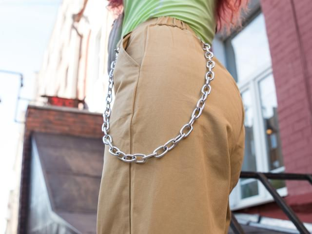 Hi guys! When I ordered these pants on Zaful I did not expect to get pants with a chain. I must admit this chain is hea…