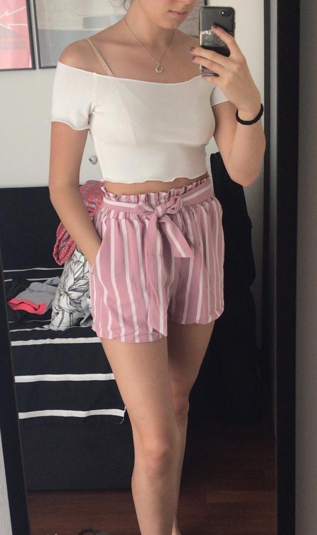 Super carino! I pantaloncini sono molto comodi, hanno delle tasche profonde e non sono trasparenti. La maglietta è un …