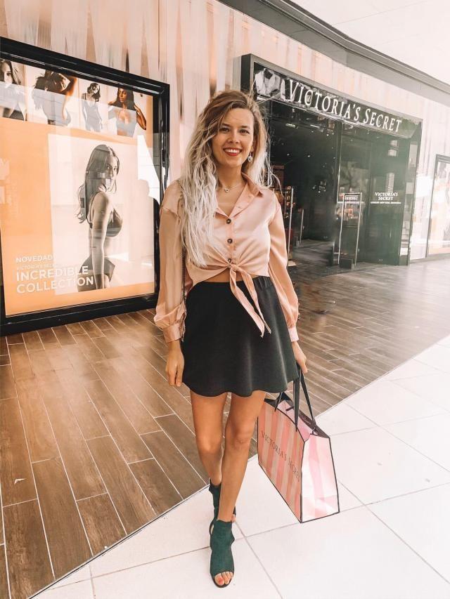 Que os parece este look? He combinado esta falda corta en color negro con unas sandalias y con la camisa de saten en…