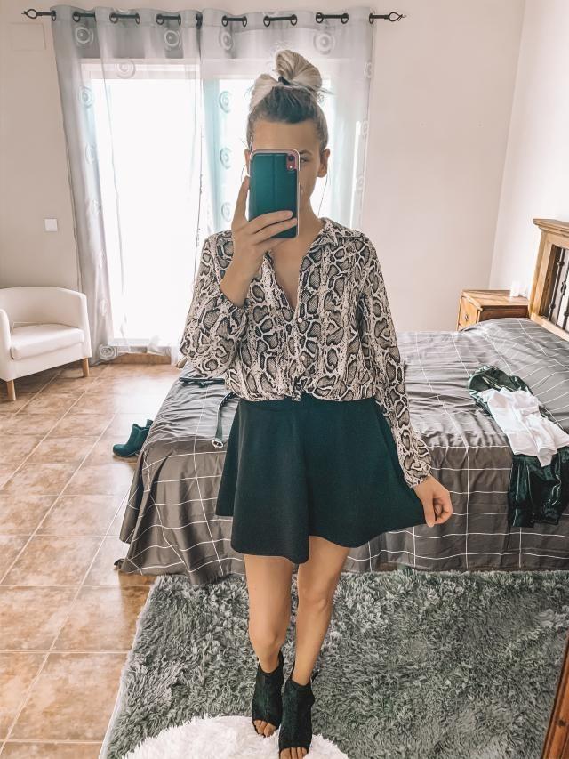 He creado este look con la falda negra corta y la camisa de manga larga con print de serpiente que ademas es tendencia.…