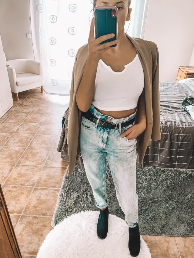 Este outfit no puede ser mas bonito! Los jeans tipo mom se adaptan a la perfection! Le puse un cinturón negro para def…