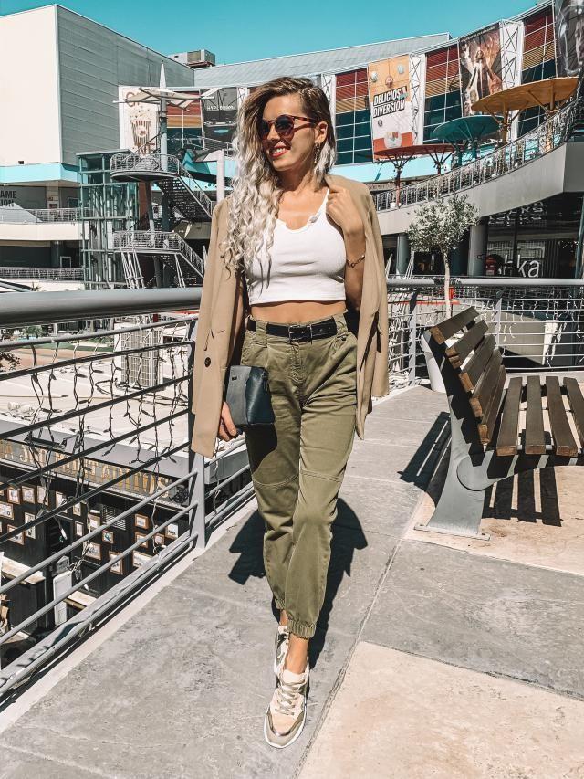Hoy he salido al centro comercial y este fue mi look. Pantalones verdes con un sencillo top blanco de @zaful y el blaze…
