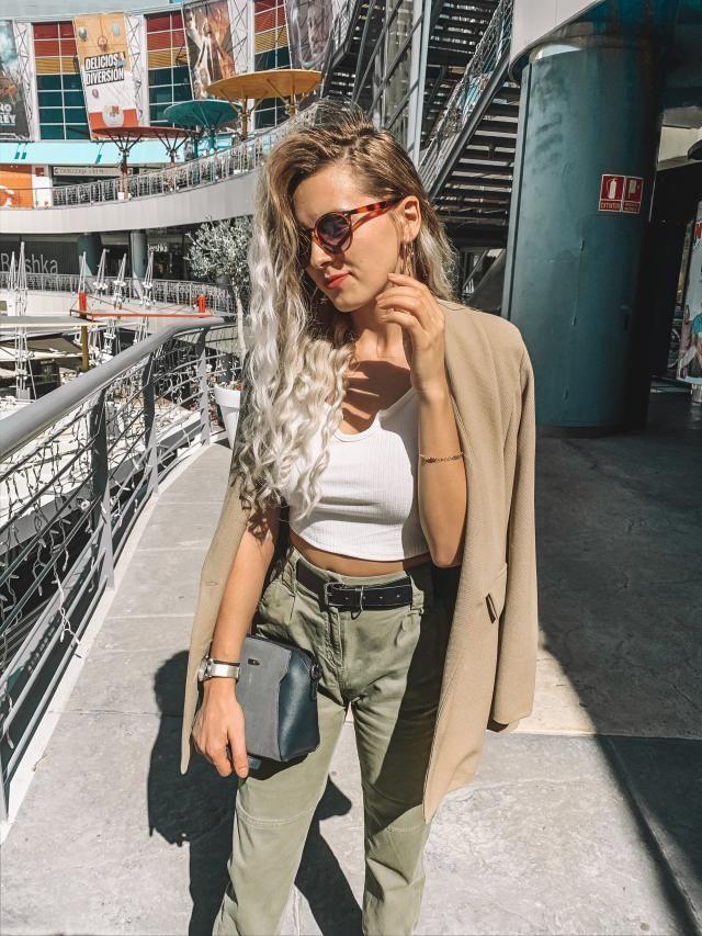 Este look casual y elegante a la vez! He combinado el pantalon en color verde con un top sencillo blanco y con el blaz…