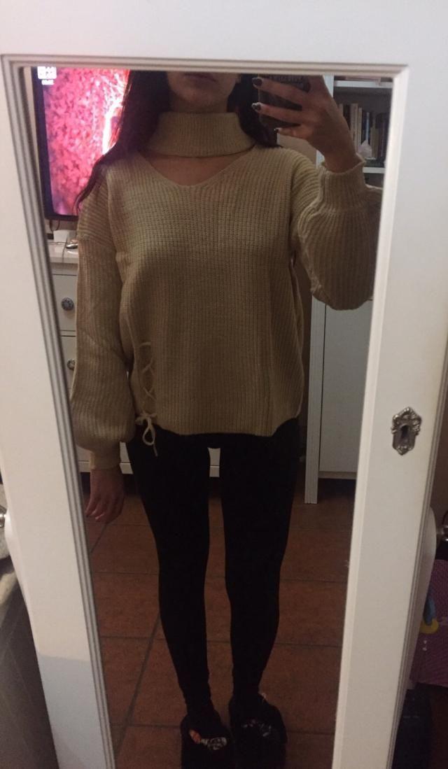 Il maglione è molto bello e particolare, non molto caldo ma il collo è proprio bello! Lo userò spesso