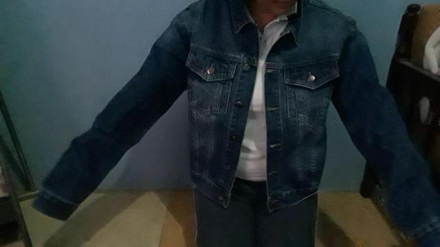 solo viene la chaqueta jeanSúper lindo  Se ve exactamente como las fotos.  Tamaño real