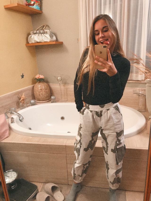 Mi sono innamorata di questi pantaloni, sono comodi e bellissimi. Forse leggermente larghi appena sotto l'elastico ma …