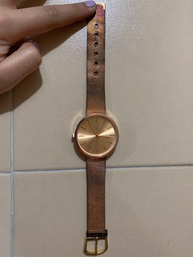 It's not gold so it can't get wet otherwise it will start changing color. Nevertheless it is pretty and perfect size.…