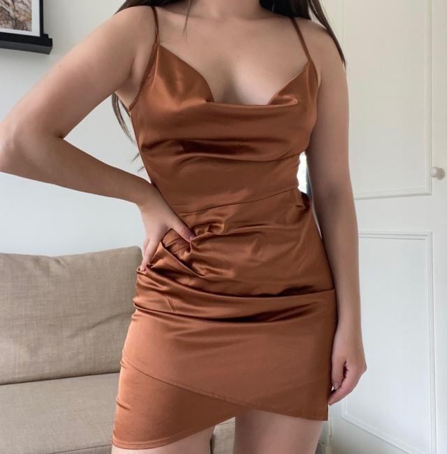Cette robe est absolument parfaite encore mieux que sur la photo elle s'adapte parfaitement à votre corps le satin est…