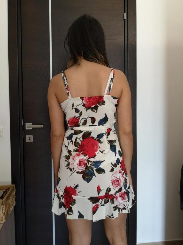Ho ordinato questo vestito taglia S, corrisponde alla taglia, leggermente trasparente dietro,  adatto per la spiaggia …