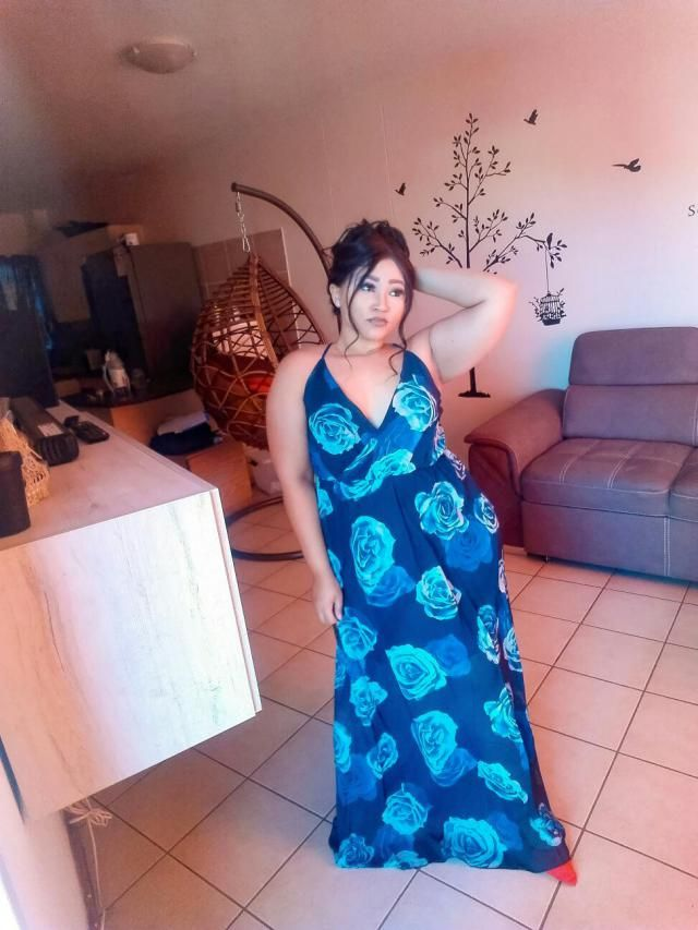 Looks exaclty like the pictures, beautiful dress, just took it a size too big