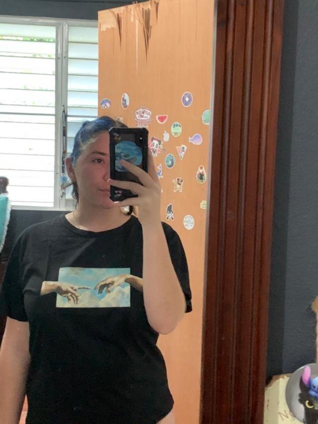 """Ordene una camisa XL y me llegó muy pequeña . Yo mido 5'5"""" y uso normalmente camisas M . Pensé que me quedaría más sue…"""