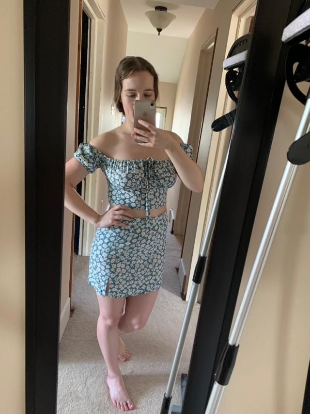 Looks exaclty like the pictures! This outfit is so cute! I'm usually a US size 6 so I ordered a medium and it fits per…