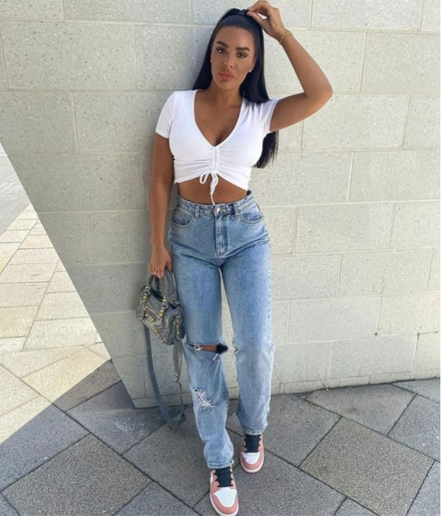 ZAFUL Cinched V Neck Crop T Shirt A perfect casual look.