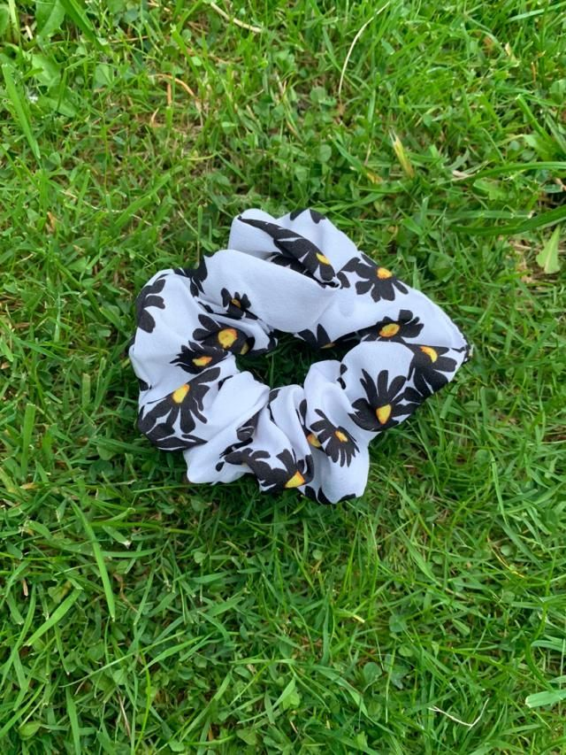 Very cute and comfy and fantastic material. Definitely recommend and is a cute flower scrunchy! Also looks exaclty lik…