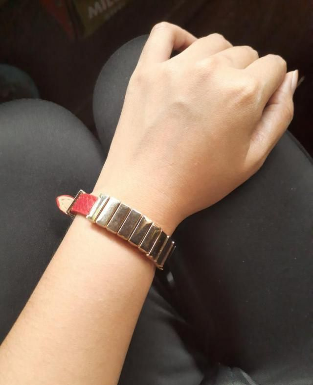 The rectangular designs are kinda loose. im thinking to put glue under it to stay on place.Very comfortable to wear, g…