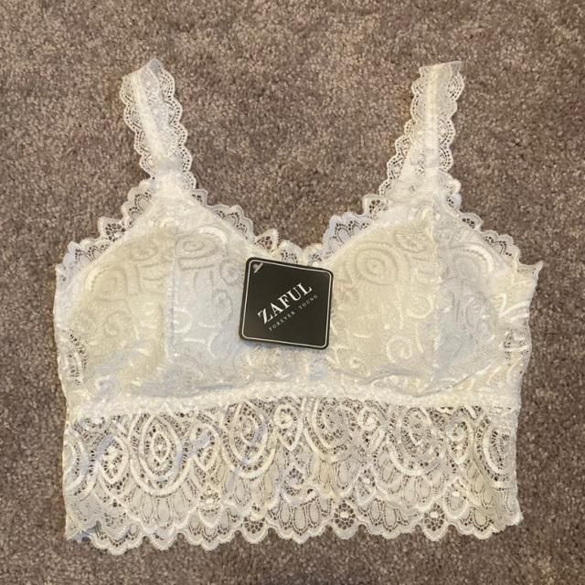 This bralette is so cute. It's super soft and fits really well. It's super stretchy, so it can probably fit up to a la…