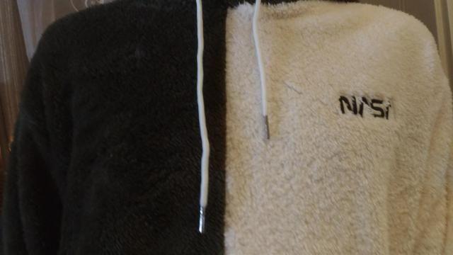 il tessuto è davvero molto morbido e caldo, rispetta la taglia scelta ed è super comoda.
