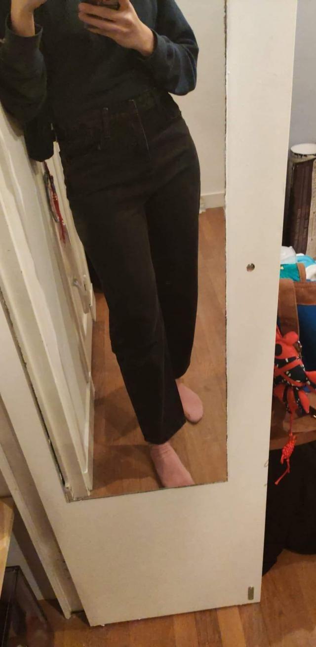 la taille correspond bien, il est tres confortable et la qualité du jean est top. je recommande