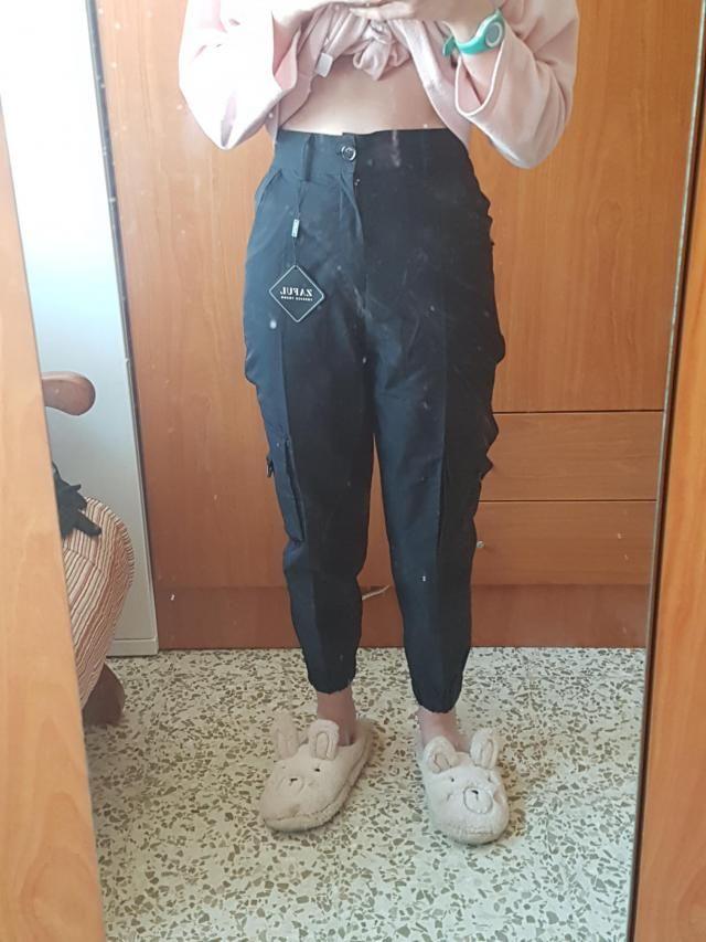 la tela no es de las mejores es plasticosa, pero aún así no me disgusta, estos pantalones me han encantado, aunque cua…