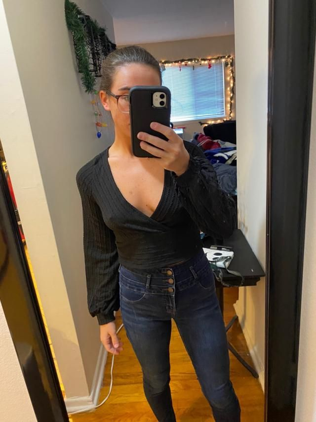 """5""""5 • 128lbs • not curvy at all•I absolutely love this top. Fits wellLooks exaclty like the pictures"""