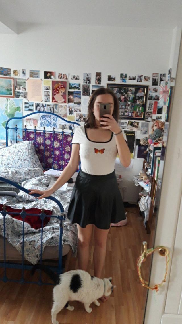 jolie jupe légèrement grande à la taille  bonne longueur