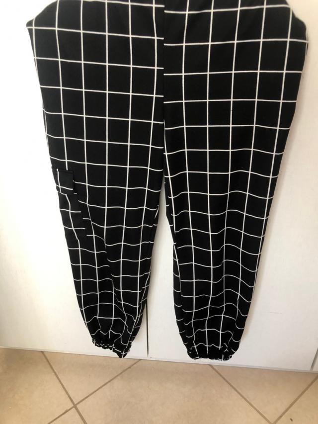 Amei! Tecido bem leve, não serve pra dias mais frios, mas pode facilmente colocar uma legging por baixo. Ficou bem lar…