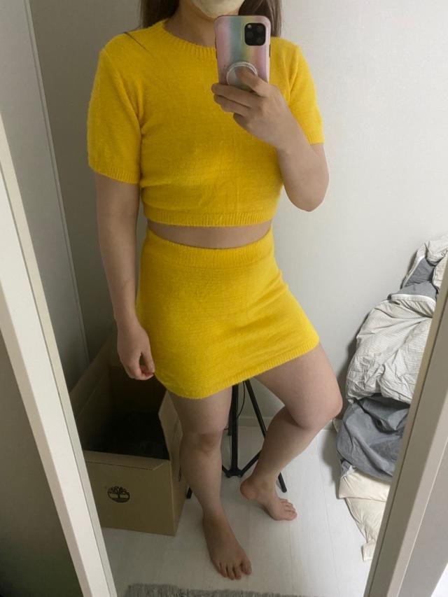 사이즈가 애매하다 옷의 핏이 아쉽다 색은 예쁘다따가운 부분이 있긴하지만 얇고 보들보들한 천…