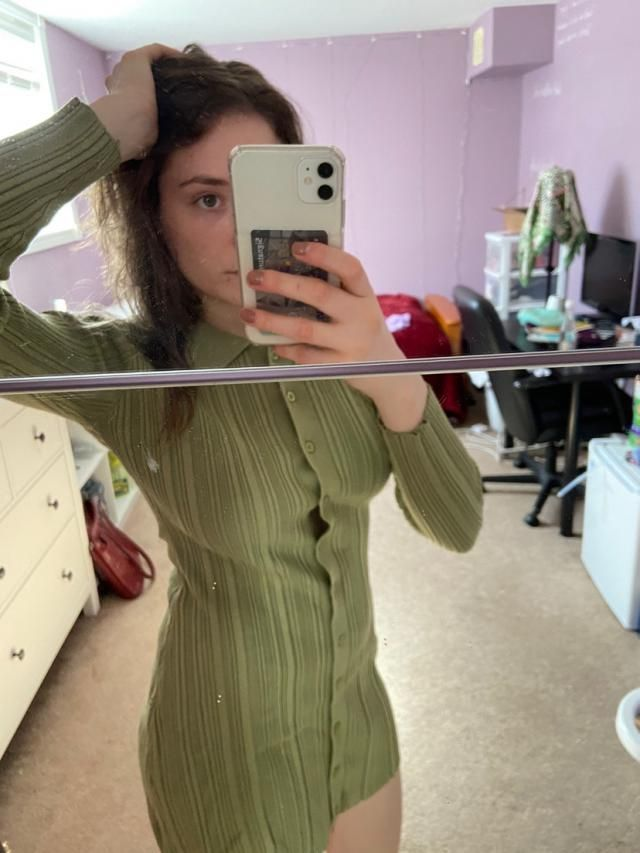 It's decent quality, better than expected. Little bit of space between shirt and button tho. Looks exaclty like the pi…